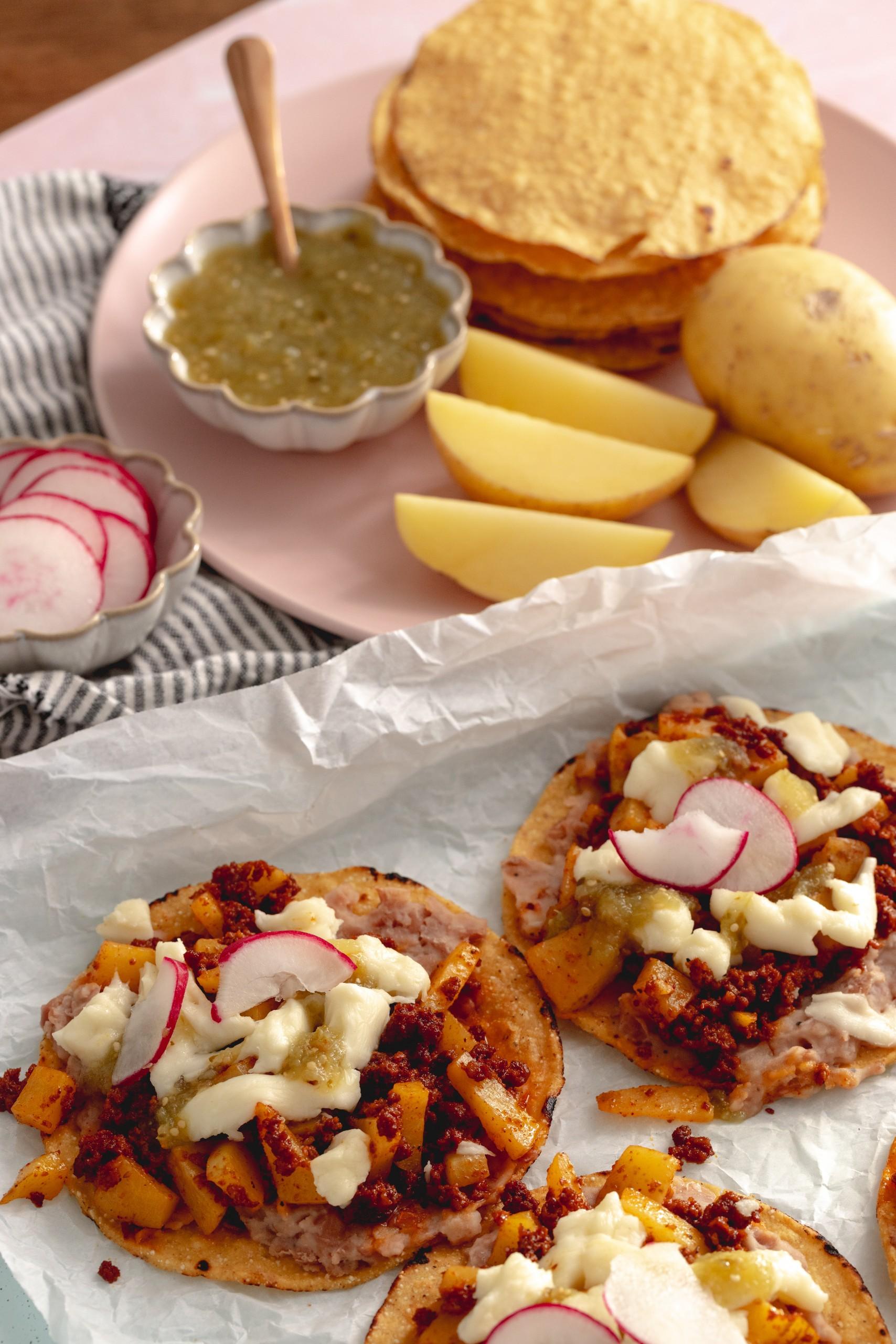 Baked Cheesy Chorizo con Papa Tostadas